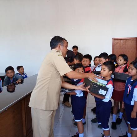 Bantuan perlengkapan Sekolah