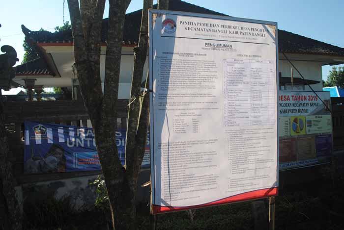 Pemasangan Baleho untuk Pilkel Desa Pengotan