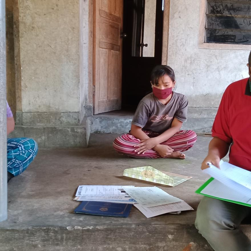 Verifikaai calon anak-anak penerima beasiswa Desa Pengotan